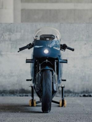 Von vorn ein scheinbar klassischer Racer, unter dessen Kohlefaser-Verkleidung allerdings ein fetter Batterieblock samt E-Motor steckt