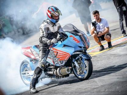 Drag Racing ist Motorsport, bei dem es neben dem fahrerischen Können und der schnellsten Reaktionszeit in ersterLinie darauf ankommt, das Fahrzeug bis ans absolute technische Limit zu tunen. Zum Einsatz kommen dabei – je nach Klasse – Turbos, Kompressoren,Betankung mit flüssigem Sprengstoff, Lachgas und vieles mehr