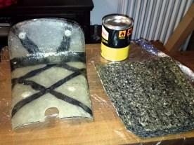 Die Grundform entsteht aus Schaumstoff, der in Form gebracht und anschließend mit Glasfasermatten und Kunstharz laminiert und geschliffen wird