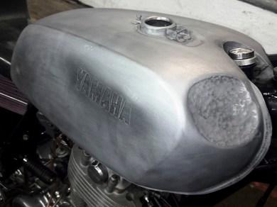 Teilespender: Der Tank war im früheren Leben Teil einer Yamaha XS 400 und wurde für die SR entsprechend um-geschweißt und gedengelt