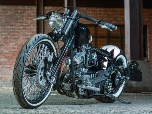 Chrom ist bei Psycho Cycles ein Tabu, dafür gibt es ein bisschen mehr Schwarz und niedrige Lenker. Deep-Seat-Chopper beschreibt den Stil am besten