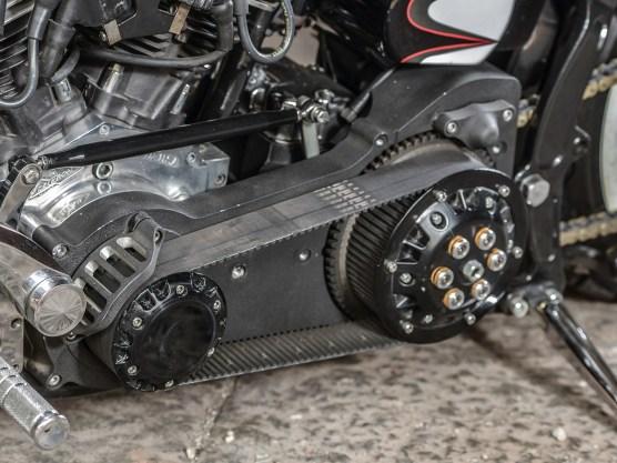 Der Belt läuft offen, wie es sich für ein roughes Bike gehört. Die Fahrqualitäten sind allerdings überschaubar – geradeaus geht ganz gut