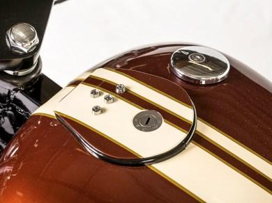 Schönes Detail sind die Kontrollleuchten und das Zündschloss auf dem Tank