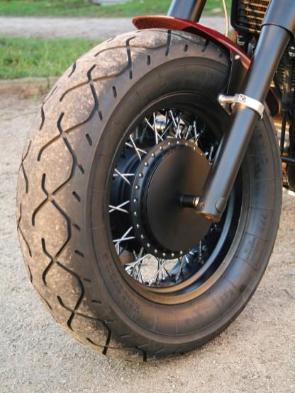 Dicke Reifen nehmen mehr Fahrbahnunebenheiten auf und haben ein größeres Eigenleben