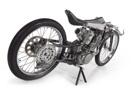Fast nichts an diesem Motorrad ist gekauft: Rahmen, Schwinge, Gabel, Tank, Sitzbank und mehr sind komplette Eigenleistungen des jungen russischen Customizers