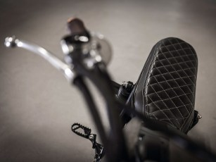 Schwarz gesteppte Karo-Sitzbank, natürlicher Rost als »Farbe«. Ein paar Details reichen, um aus einem Kultmotorrad ein lässiges Unikat zu machen
