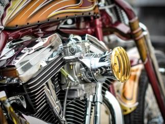 Das Bike ist übersät mit zahllosen Details, die die Blicke auf sich lenken und den Betrachter gefangen nehmen. So wie der Velocity-Stack-Luftfilter von Vity's Design