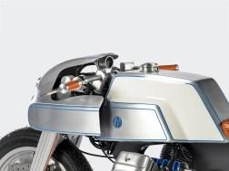 Lenker, Armaturen und Lampenverkleidung sind selbstgebaut. Von der 750er Moto Guzzi blieben am Ende nur Motor und Getriebe übrig