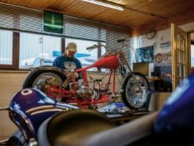 Die Männer sind längst nicht mehr auf Yamahas V-Max festgelegt. Auch an alten Harleys wird fleißig geschraubt, bevorzugt an guten alten Shovelheads