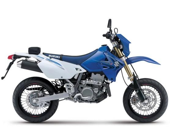 Ausgesprochen schmal, ausgesprochen leicht: Suzukis DR-Z 400 wurde von 2000 bis 2009 in vier Ausführungen angeboten, hier zu sehen in der Enduro-Version