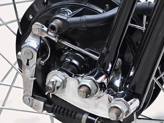 Die Trommelbremse vorn stammt von einer Yamaha SR 500 und war schon damals kein Wirkungswunder ...