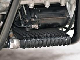 ... das gilt nun auch für den Ölkühler, der frei nach dem Motto »Lieber gut versteckt als gut gekühlt« unter dem Motor platziert wurde