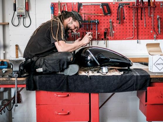 Acht Angestellte arbeiten für die Firma, hier Timo, der sich um das Finish eines Tanks kümmert
