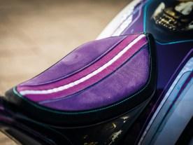 Sattler Ron von Specialworkz hat mit drei Lagen Alcantara und Nappaleder für eine perfekte Sitzauflage gesorgt