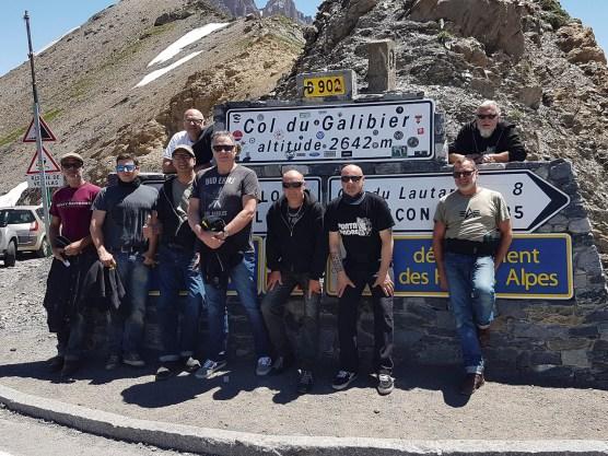 Geschafft: Über 2600 Meter hoch liegt der Col du Galibier. Unsere Jungs meistern den Aufstieg mit ihren Bikes locker