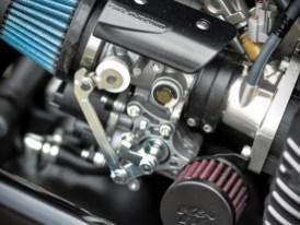 Beim Umstieg von der Serienfuhre auf Kleins Racing-XJR könnte man vom Glauben abfallen: Plötzlich herrscht Feuer im Maschinenraum, was dank offener Luftfilter ...