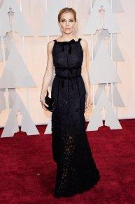 Sienna Miller llevó un Oscar de la Renta negro con transparencias. El maquillaje impecable, pero el pelo la hacía ver mayor y no le lucía!