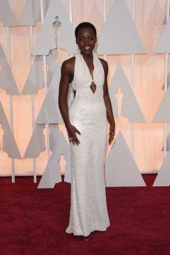 Lupita Nyong'o llevó un vestido hecho a medida de la colección de Calvin Klein con nada menos que 6000 perlas!!!! Lo combinó con diamantes de Chopard. IMPRESIONANTE!!!!!!