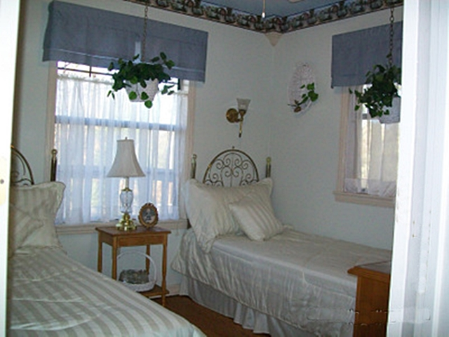 The Cottage Garden Bedroom in your Beaver Lake Arkansas Vacation Cabin is cheery, light & bright with 2 twin beds.