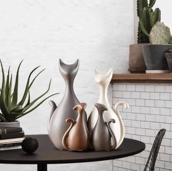 4 Decoratieve Kattenbeelden op een tafel