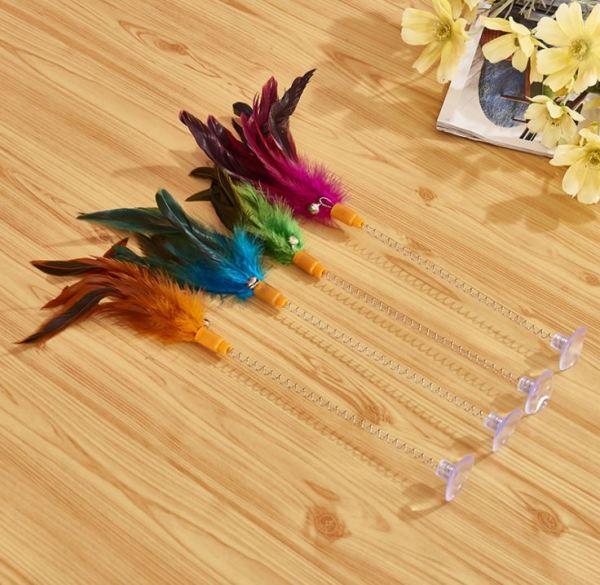 Het kattenspeeltje met veren en zuignap kleeft gemakkelijk aan verschillende oppervlakte