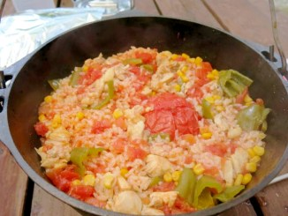 ダッチオーブンで丸ごとトマトご飯