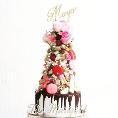 Cake topper dari paper cutting, dipotong di kertas karton 2 lapis oleh seniman kertas untuk hiasan di kue ulang tahun atau kue pernikahan
