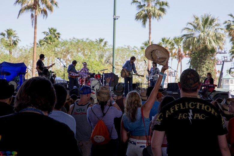 images/Stagecoach 2013 Day 1/hayes-carll-with-crowd_8685386152_o