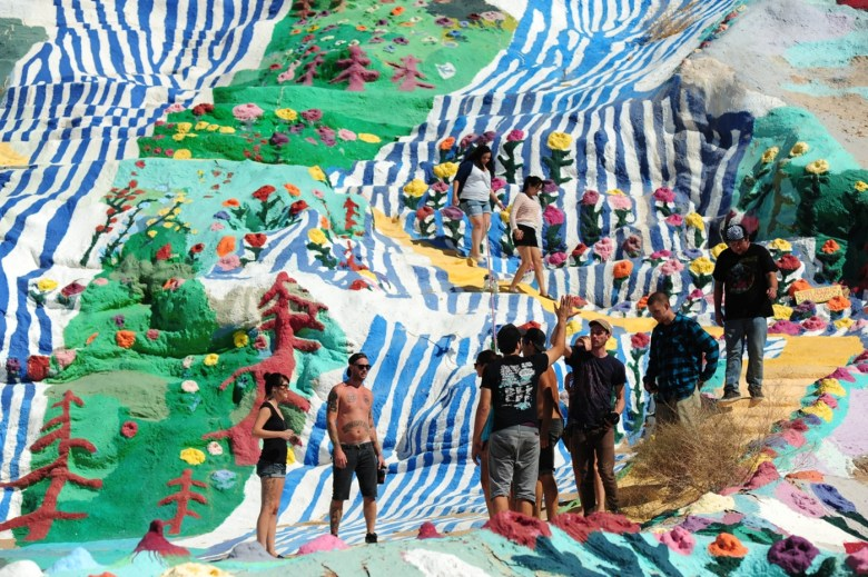 images/Salvation Mountain/visitors_8750122945_o