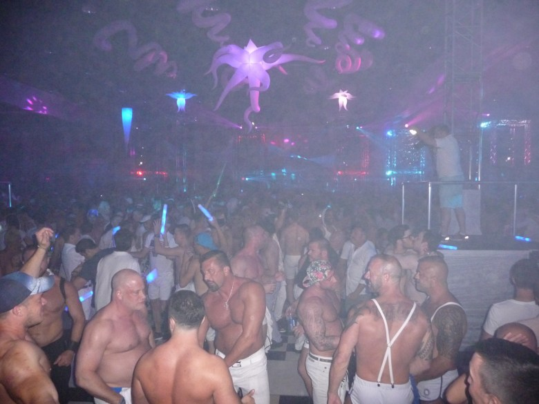 images/White Party 2015/the-crowd_17253132066_o