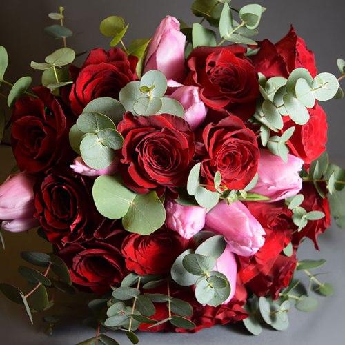 dostava-buket-cvijeća-crvene-ruže-ružičasti-tulipani