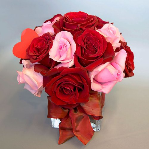 aranžman-crvene-i-ružičaste-ruže-staklena-vaza