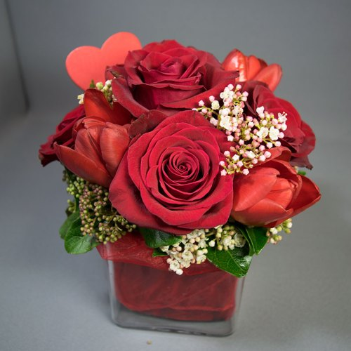 aranžman-crvene-ruže-i-tulipani-staklena-vaza