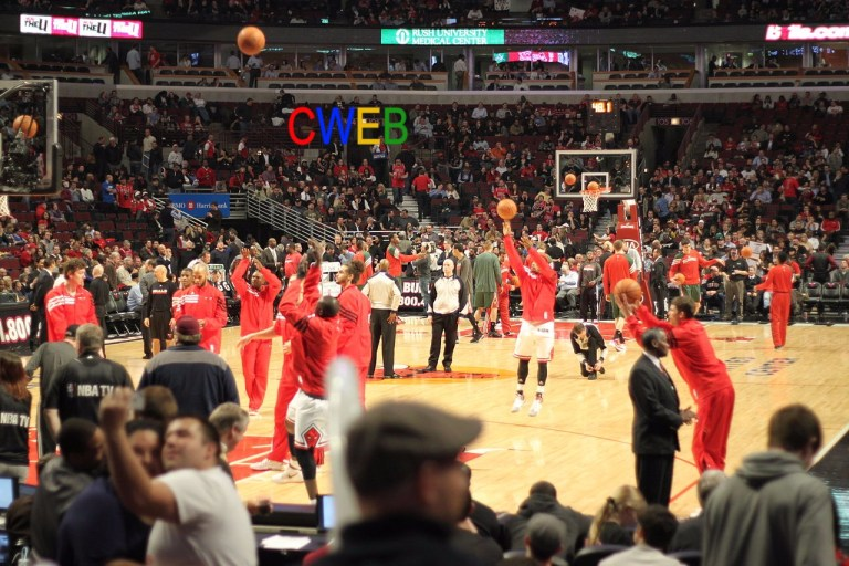1280px-Chicago_Bulls_players_warm_up_2012-02-22