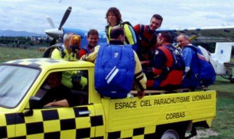 2001-07-parachute-14-voiture