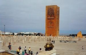 Face au Mausolée Mohammed V, la tour Hassan