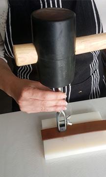 travail du cuir à la main :Je perce le cuir avec un emporte pièce