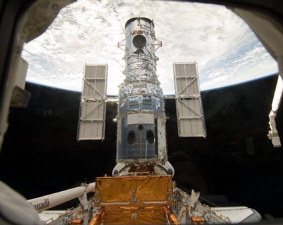 Telescope Spatial Hubble vu depuis le sas de Atlantis