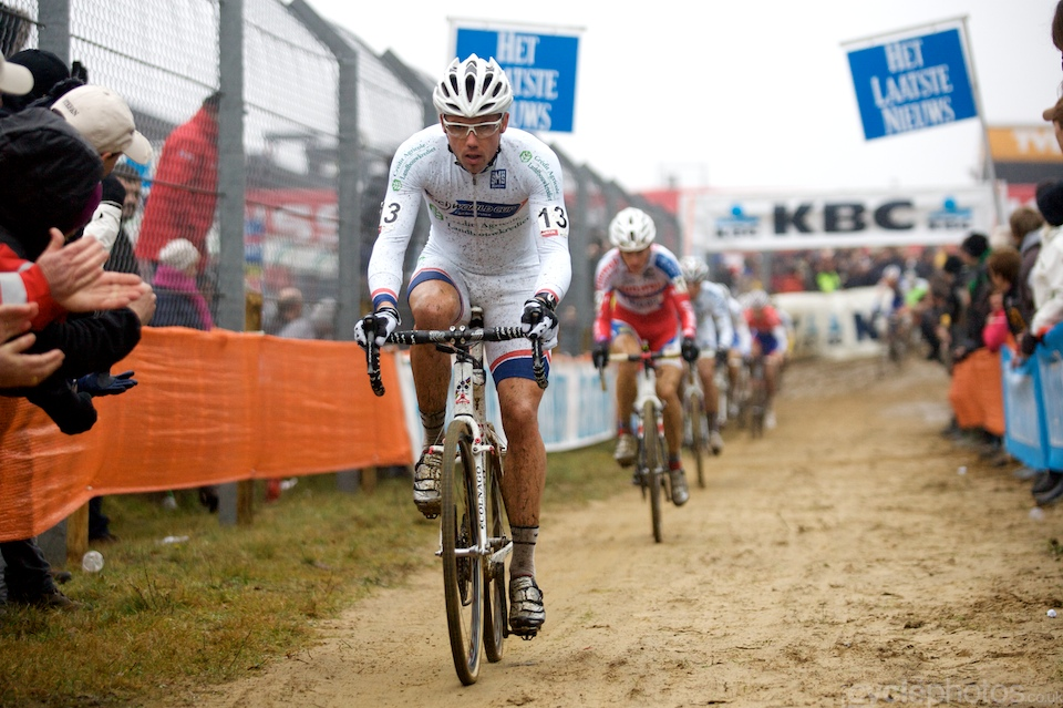 Living up to the expectations, Sven Nys, the then-leader of the World Cup overall rankings, tried to ride away from the field.