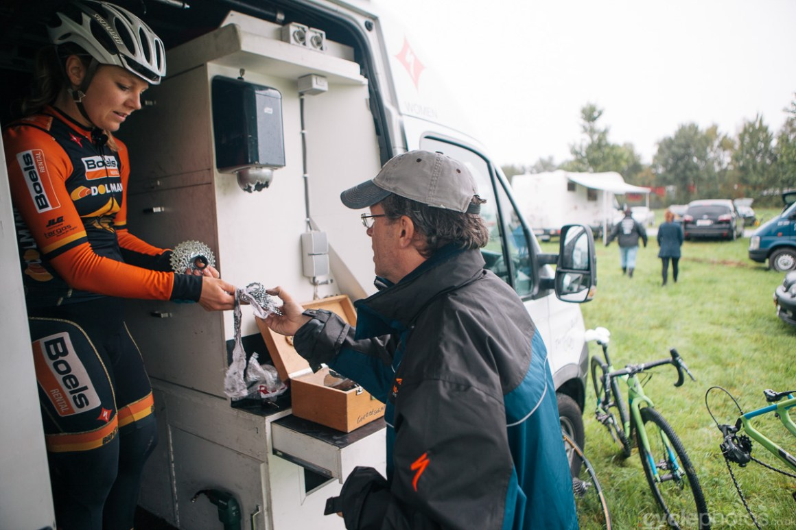 Sanne van Paassen finalises the cassette setup of the race for the first Superprestige cyclocross race in Gieten, in 2014. Photo by Balint Hamvas / cyclephotos.co.uk