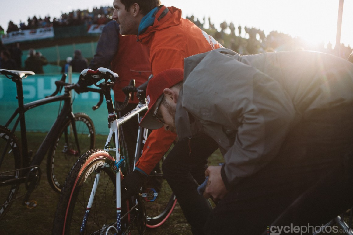 2014-cyclocross-world-cup-milton-keynes-jeremy-powers-pit-helpers-162018