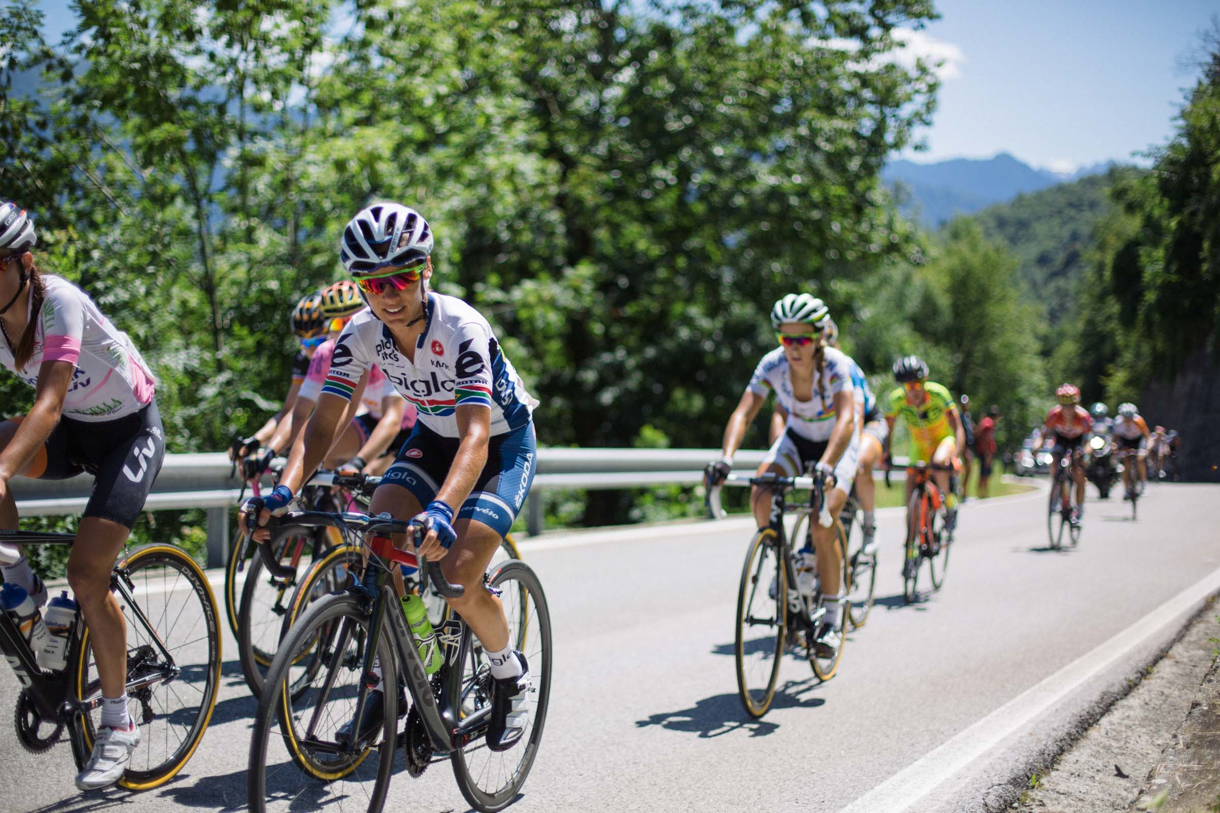 Ashleigh Moolman-Pasio leads the chasing group during the 6th stage of the 2015 Giro Rosa