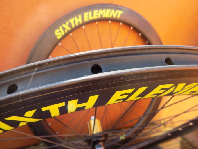 Yoo can see the Hookless Profile on the inside of the rim, just above the spoke holes