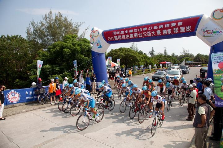 圖為2012年全國自由車公路錦標賽選手出發照