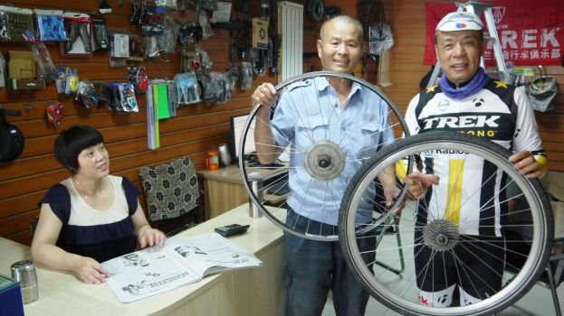 In Lanzhou with the bloke who donated his own wheel!
