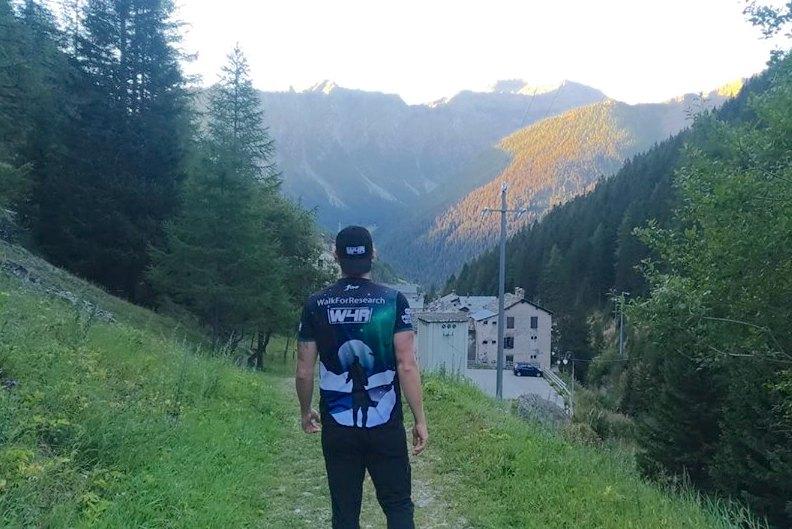 Via Francigena a piedi con Alex Sabelli: scopriamo l'iniziativa Walk for Research