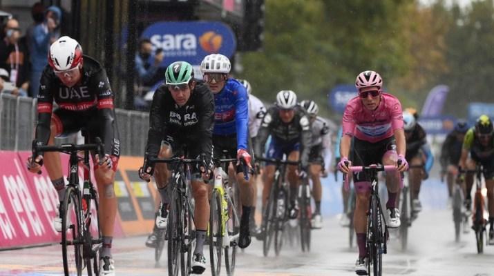 Peloton favoris Joao Almeida maillot rose - Arrivée 12e étape Tour d'Italie 2020 - RCS Sport La Presse