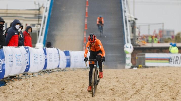 Denise Betsema sortie du pont - Championnats du monde cyclo-cross 2021 - Alain Vandepontseele