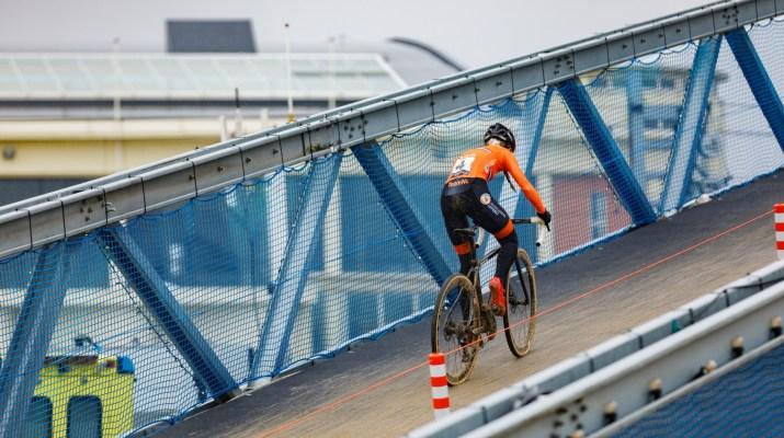 Denise Betsema sur le pont - Championnats du monde cyclo-cross 2021 - Alain Vandepontseele