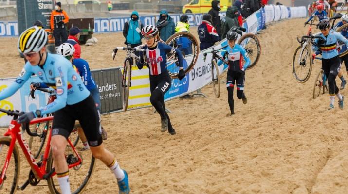 Peloton femmes - Clara Honsinger à pied - Championnats du monde cyclo-cross 2021 - Alain Vandepontseele